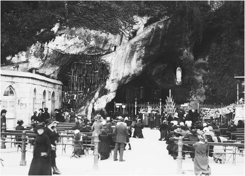 Worshippers at the Lourdes grotto. (CORBIS CORPORATION)